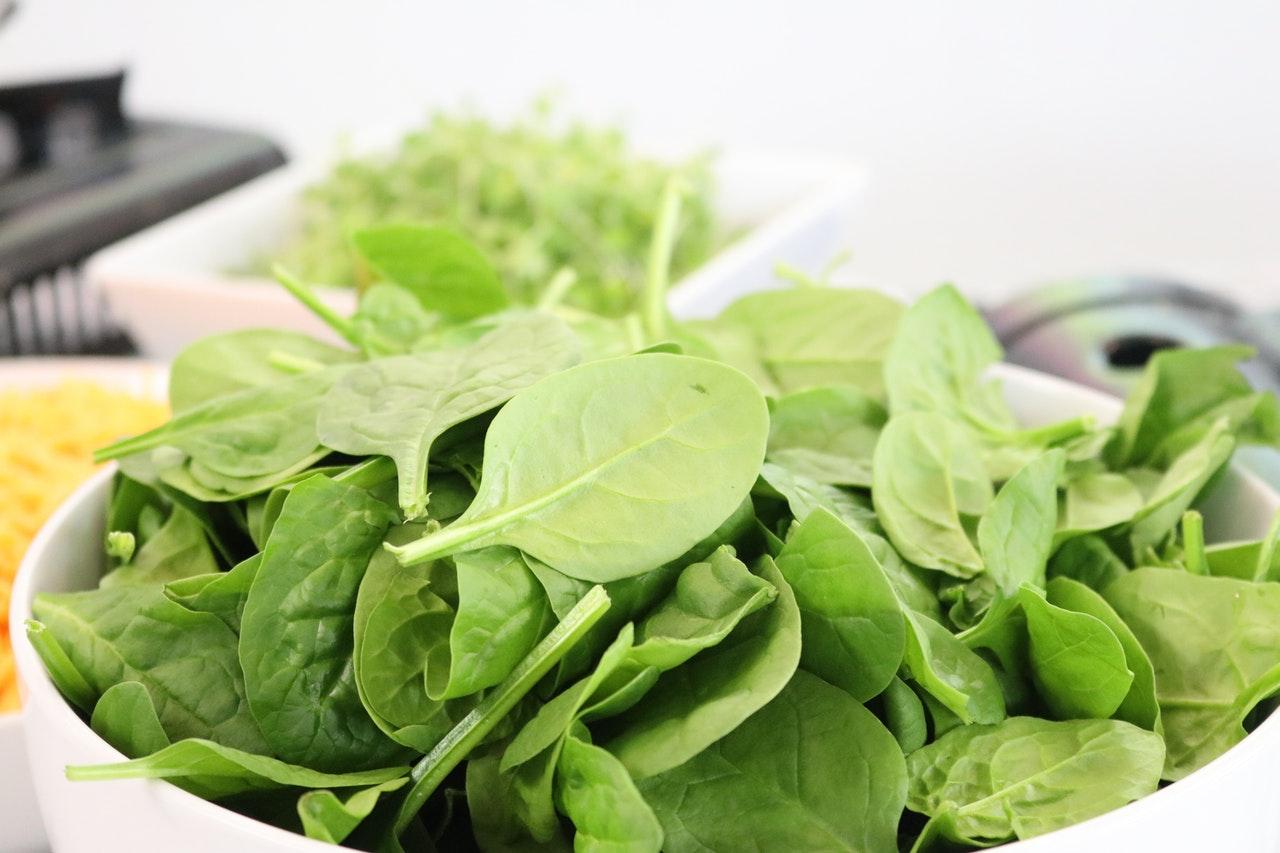 Wenn es mal schnell gehen soll, ist eine gute Salatschleuder genau das Richtige. Sie schleudert den Inhalt schnell trocken, wodurch der Salat im nachhinein weniger wässert.