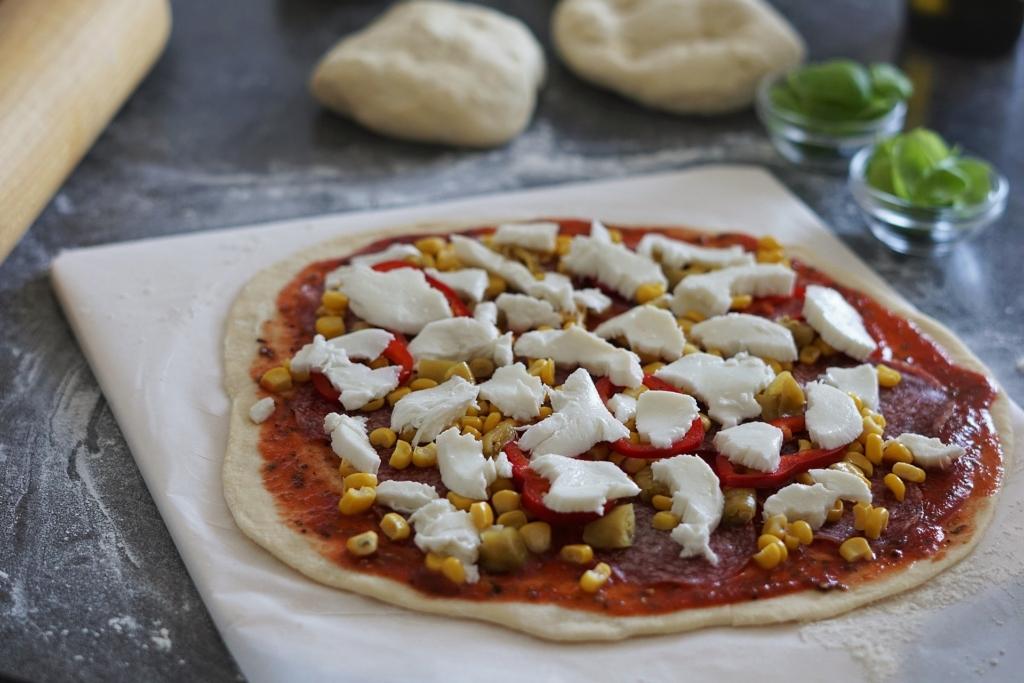 Pizzastein leckere Pizza richtig knusprig backen